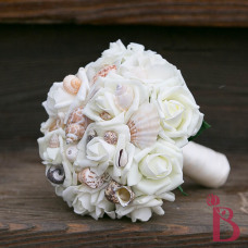 Beach bouquet with seashells and cream roses